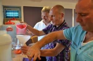 gezelligheid tijdens workshop likeur maken op hammerhof