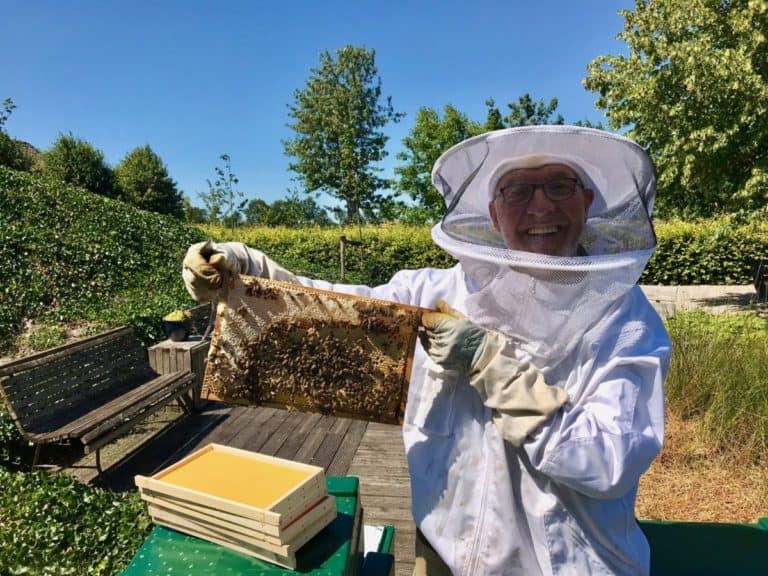 imker Ben Kogelman met bijenraam