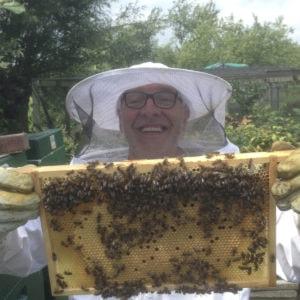 Imker cursus De Basis Van Bijenhouden imker Ben en een raampje bijen