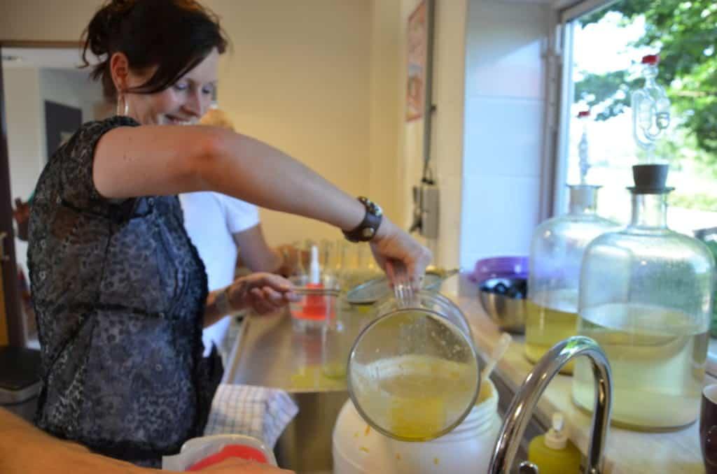 sinaasappel citroen likeur maken tijdens de workshop likeur maken