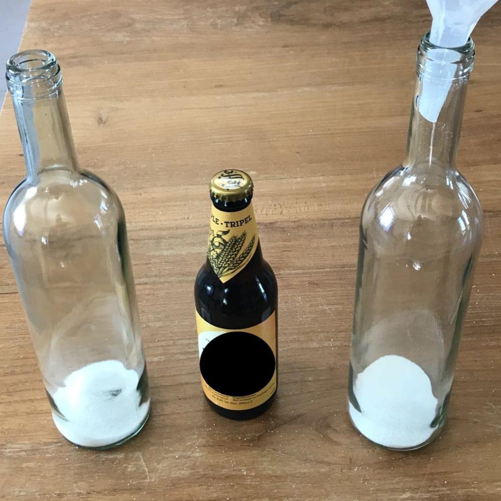 twee wijnflessen met suiker